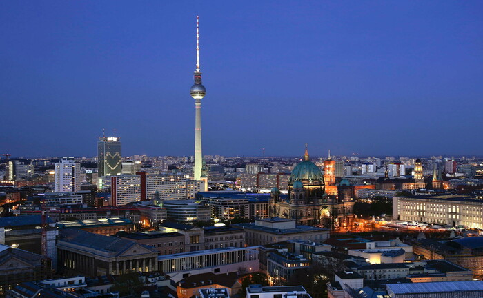 Stadtansicht von Berlin in der Abenddämmerung. Trotz Corona-Krise wollen Dereco und der Immobilieninvestor Klingsöhr ein Bürohaus errichten.