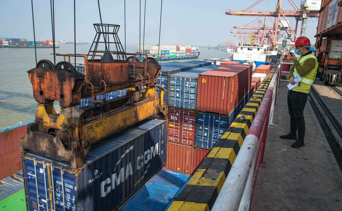 Der Containerhafen in Wuhan hat den Betrieb wiederaufgenommen: Nach Corona bieten sich Anlegern in asiatischen Schwellenländern gerade bei Small Caps gute Chancen.