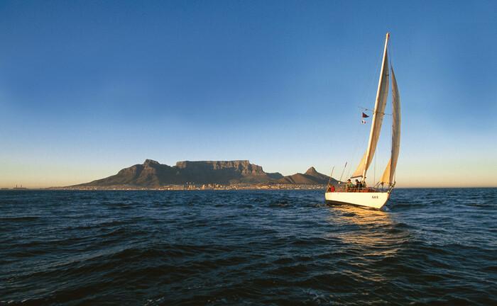 Kapstadt mit dem Tafelberg: Strukturelle Probleme Südafrikas haben sich durch die Corona-Krise noch verschärft.|© imago images / Greatstock