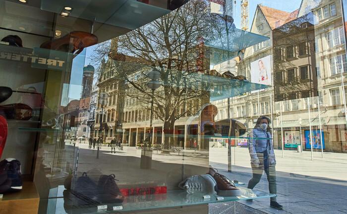 In der sonst so belebten Fußgängerzone am Münchner Stachus mit Schuh- und anderen Fachgeschäften herrscht derzeit Leere. Aufgrund der Corona-Krise bleiben Geschäfte geschlossen, Mieter und Vermieter leiden darunter.  |© imago images / Action Pictures