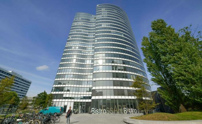 Im Bürohochhaus Sky Office operiert das McKinsey-Team in Düsseldorf. Die McKinsey-Tochter MIO Partners (EU) hat sich eine Lizenz nach Paragraf 32 Kreditwesengesetz zugelegt.