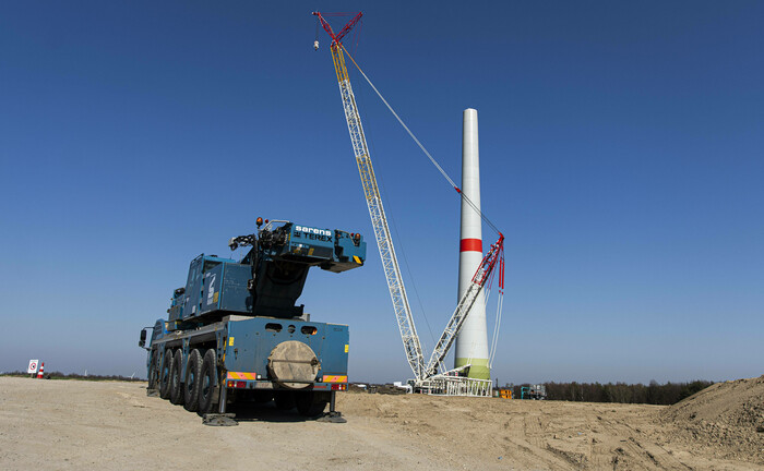 Bau einer Windkraftanlage: Der aktuelle Ölpreisverfall hat kaum Auswirkungen auf die Nachfrage nach erneuerbaren Energien.|© imago images / photothek