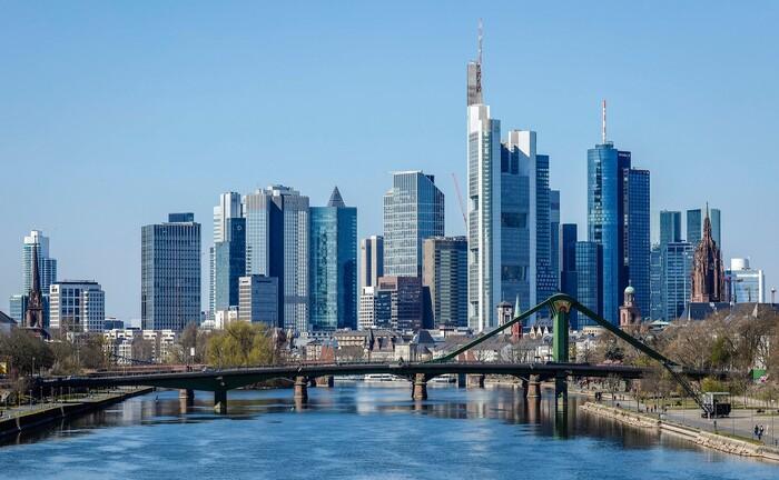 Vom neuen Hauptsitz der Plutos Vermögensverwaltung im Stadtteil Sachsenhausen hat man einen tollen Blick auf die Skyline der Frankfurter Innenstadt.