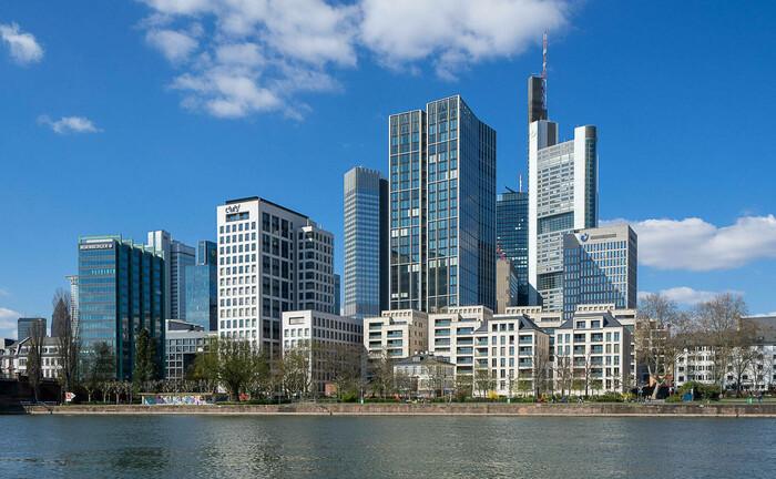 Frankfurter Skyline vom Schaumainkai aus: Rechts im Bild das Hochhaus der Commerzbank.