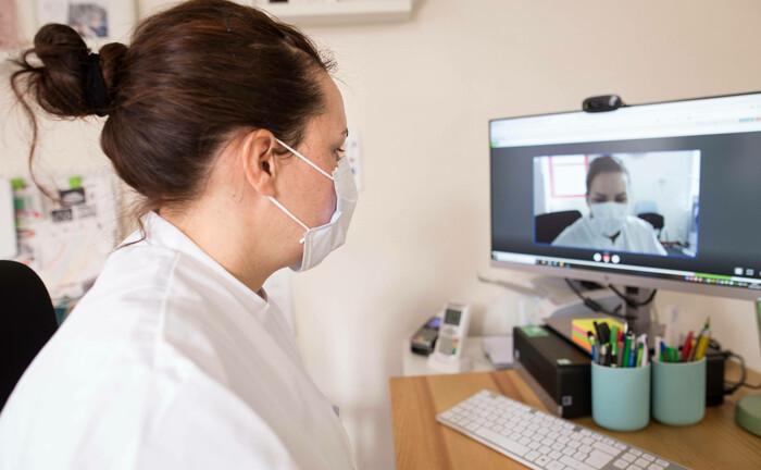 Virtuelle Sprechstunde einer Allgemeinmedizinerin: IT-Technologien stellen unsere Arbeits- und Lebensweise auf eine neue Grundlage.|© imago images / Hans Lucas