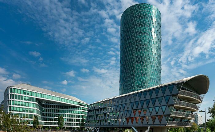 Die Europäische Versicherungsaufsicht Eiopa residiert im Frankfurter Westhafentower: Gemeinsam mit der Europäischen Banken- und der Wertpapieraufsicht hat Eiopa nun Pläne für Offenlegungsstandards für ESG-Informationen zur Konsultation gestellt. |© imago images / CHROMORANGE