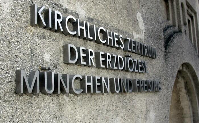 Schriftzug Kirchliches Zentrum der Erzdiözese München und Freising: Die Erzdiözese sucht einen Stiftungsdirektor.