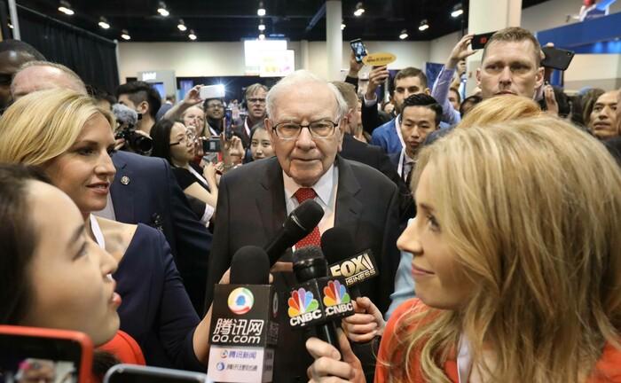 Starinvestor Warren Buffett auf der Hauptversammlung seines Unternehmens Berkshire Hathaway: Dessen Aktie ist im Aviva-Fonds um 5,9 Prozentpunkte übergewichtet und damit die zweitgrößte Wette.|© imago images / Xinhua