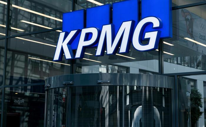 Schriftzug KPMG an einem Gebäude am Frankfurter Flughafen: Christian Schareck wird Leiter für den Versicherungssektor bei KPMG in Deutschland.