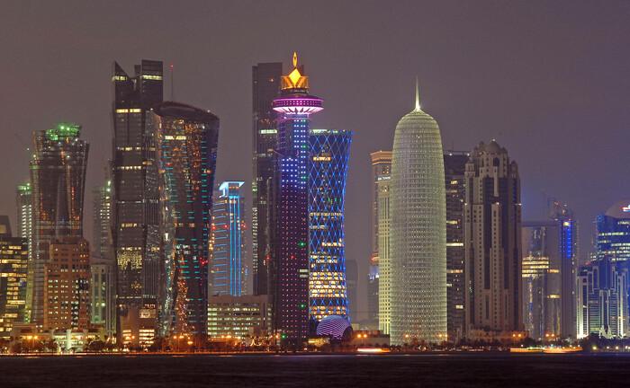 Hochhäuser in Katar: Der Emir des Landes auf der Arabischen Halbinsel hat die Regierung angewiesen, Strukturreformen durchzuführen, um die Abhängigkeit vom Öl zu verringern.|© imago images / Arabian Eye
