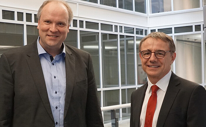 Landrat Christoph Göbel (l.) gratuliert Armin Zimmermann, der spätestens im Januar 2021 in den Vorstand der KSK München Starnberg Ebersberg einzieht.|© KSK München Starnberg Ebersberg
