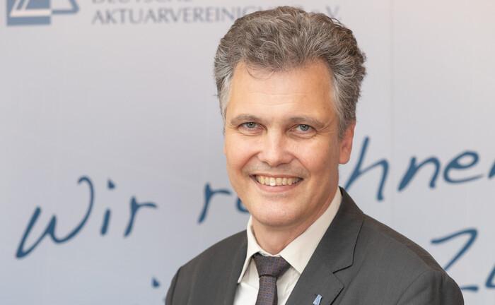 """Herbert Schneidemann: Die Aktuare fordern ein """"sinnvolles Garantieniveau, das sowohl Gestaltungsspielräume in der Kapitalanlage eröffnet als auch dem Sicherheitsbedürfnis der Deutschen Rechnung trägt""""."""
