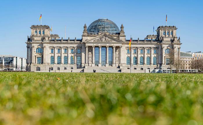 Wiese vor dem Reichstagsgebäude: Eine kleine Anfrage der Bundestagsfraktion Bündnis 90/Die Grünen wirft neue Fragen auf.