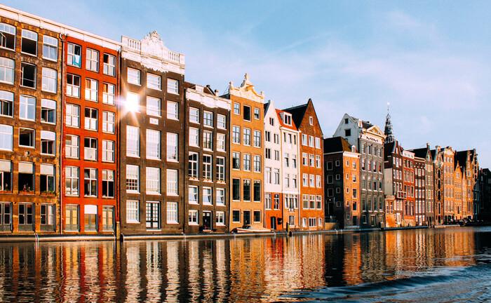 Historische Wohnhäuser in den Niederlanden: Dort fördert der Staat Wohneigentum anders als in Deutschland. Die Hypotheken sind derzeit eine Asset-Klasse mit spannendem Investmentprofil.