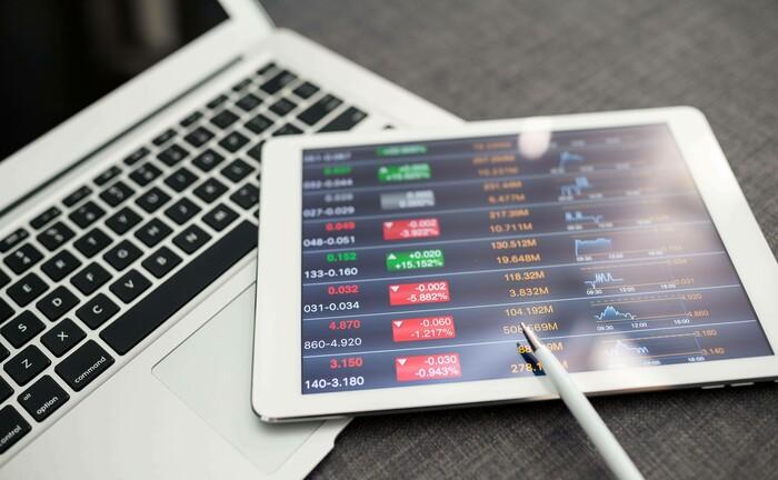 Mit Tablet die Börsenkurse überprüfen: Das Performance-Bild der hiesigen Robo-Advisors gestaltet sich langsam aber sicher wieder etwas freundlicher.