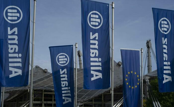 Fahnen der Allianz: Während der Versicherungskonzern seine Hauptversammlung im vergangenen Jahr in der Münchner Olympiahalle abhielt, verlegte der Dax-Konzern sein Aktionärstreffen in diesem Jahr ins Internet.