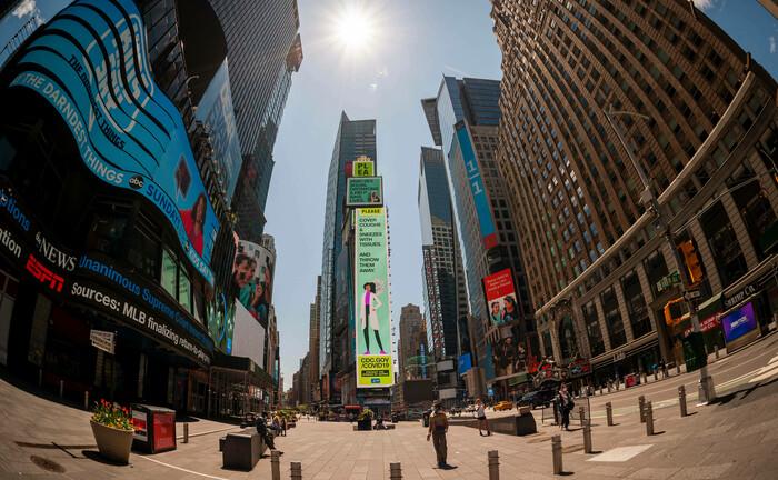 Times Square in New York (7. Mai): Die Politik will unter Berücksichtigung der medizinischen Zwänge nur zu gern dem Wunsch von Arbeitnehmern und Unternehmen nachkommen, die Arbeit schnell wieder aufzunehmen – ein robuster V-förmiger Aufschwung ist immer noch möglich.|© imago images / Levine-Roberts