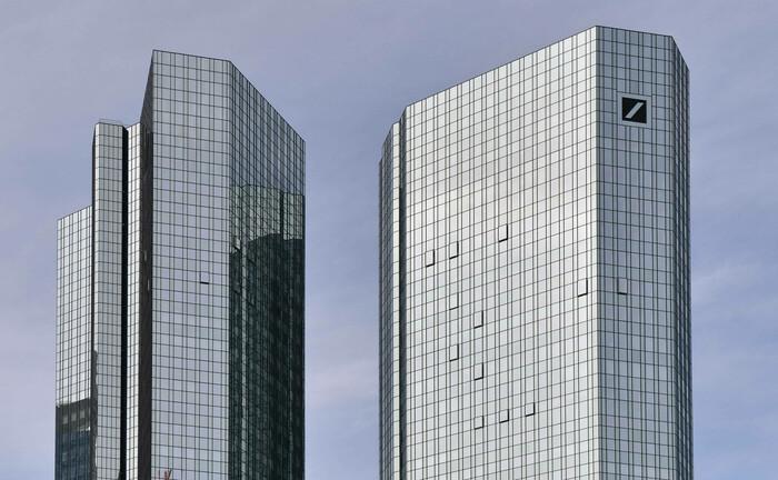 Deutsche-Bank-Zentrale in Frankfurt: Das Institut hat ihre Privatkundentochter nun final auf den Konzern verschmolzen. Das Ziel: weniger Kosten und schlankere Strukturen.|© imago images / Jan Huebner