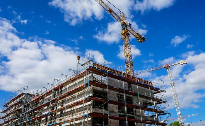Eine Baustelle für Mehrfamilienhäuser im Essener Wohnquartier Parc Dunant: Alle preistreibenden Faktoren der vergangenen Jahre sind laut LBBW Research weiterhin wirksam.|© imago images / Rupert Oberhäuser