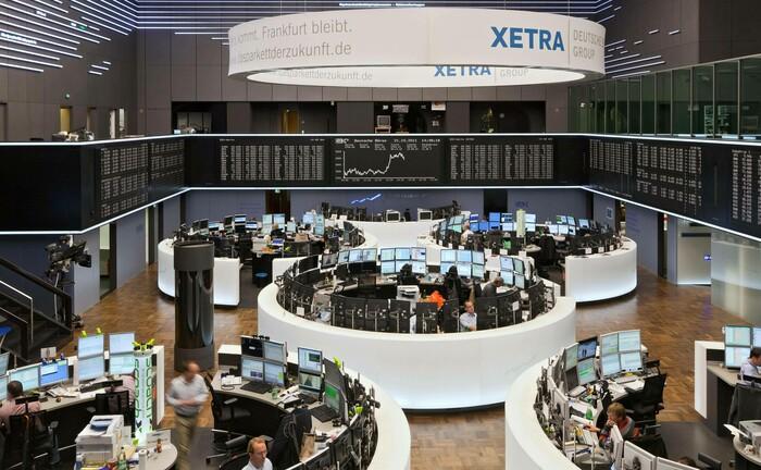Handelssaal der Frankfurter Wertpapierbörse: Die Einführung der EU-Finanzarktrichtlinie Mifid II hat dazu geführt, dass Analysten kleine und mittelgroße Unternehmen kaum noch beurteilen. |© imago images / Stefan Trappe
