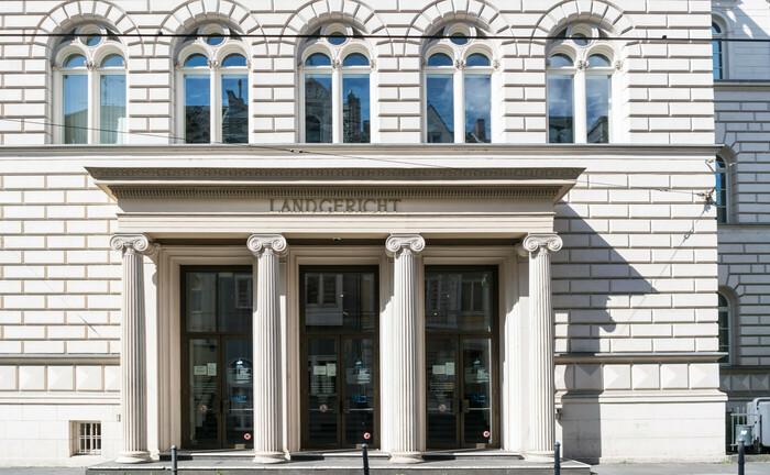 Im Gebäude des Bonner Landgerichts sollen die Cum-Ex-Prozesse verhandelt werden. An der Schnittstelle zur Staatsanwaltschaft Köln, die die Anklagen in den Fällen erhebt, hakt es jedoch derzeit.