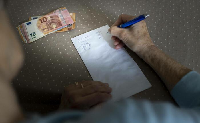 Eine Rentnerin listet ihre Ausgaben auf: Mehr und mehr Pensionskassen können ihre Renditeversprechen mittelfristig nicht mehr erfüllen.