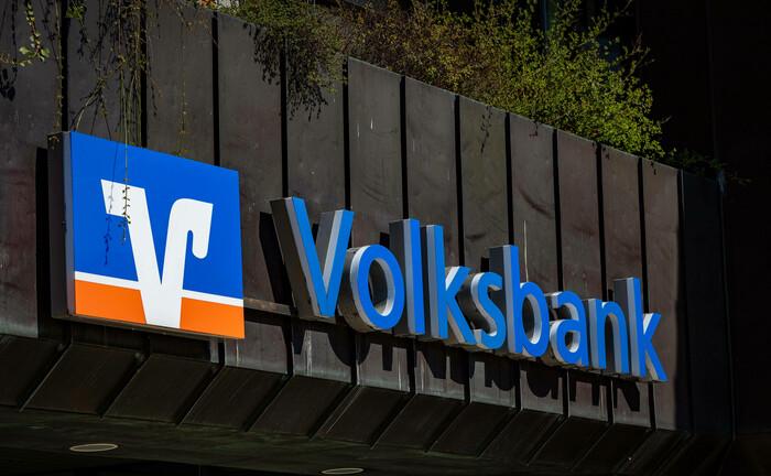 Volksbank-Logo: Die Privatbank des genossenschaftlichen Sektors, die DZ Privatbank, will künftig nur noch bei vertriebsstarken Verbundsinstituten vermögende Kunden abfischen.