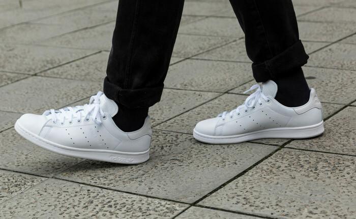 DB-Logo seitlich und blauen Farbakzent hinten muss man sich dazudenken, aber so sehen die Adidas-Schuhe der Deutschen Bank im Stan-Smith-Stil aus.|© imago images / STTP
