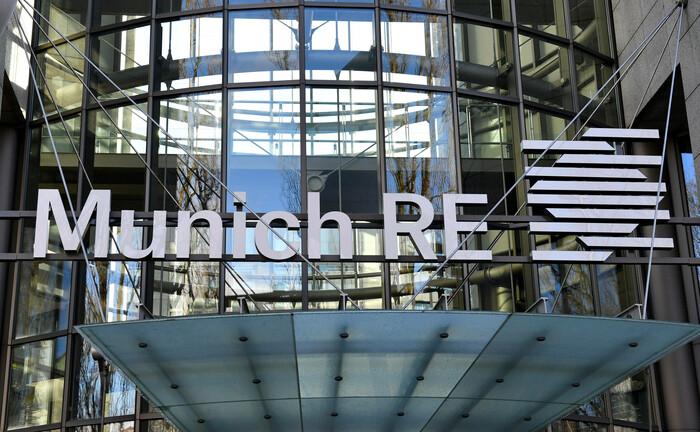 Schriftzug an der Konzernzentrale der Munich Re in München: Der größte deutsche Rückversicherer hat eine auf Aktien, Anleihen und Nachhaltigkeit spezialisierte Fonds-Selekteurin eingestellt. |© imago images / Sven Simon