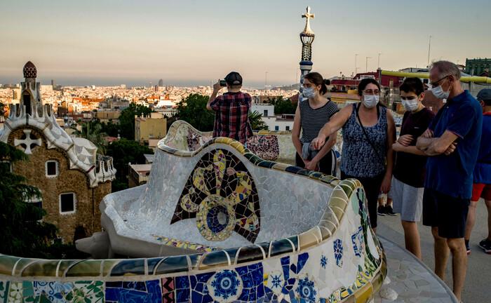 Besucher im Güell-Park in Barcelona (Ende Mai 2020): Europa ist sich in der Frage, wie man Wirtschaft und Tourismus wieder ankurbeln soll, uneins.|© imago images / ZUMA Wire
