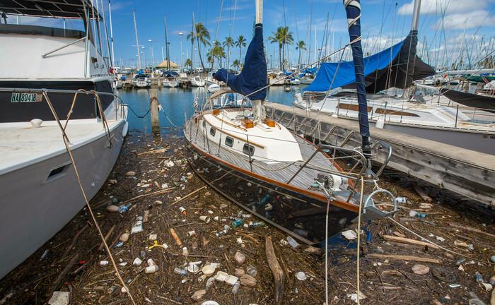 Plastikmüll in einem Jachthafen von Hawaii: Der Konsumgütersektor steht beim Recycling vor den größten Problemen.