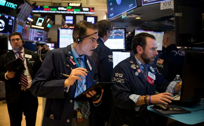 Börsenhändler in New York: Während die Kurse fallen, kennt niemand den optimalen Einstiegszeitpunkt.|© imago images / Xinhua
