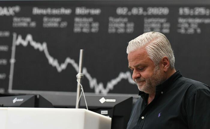 Aktienhändler vor der berühmten Dax-Tafel im Handelsraum der Deutschen Börse in Frankfurt.