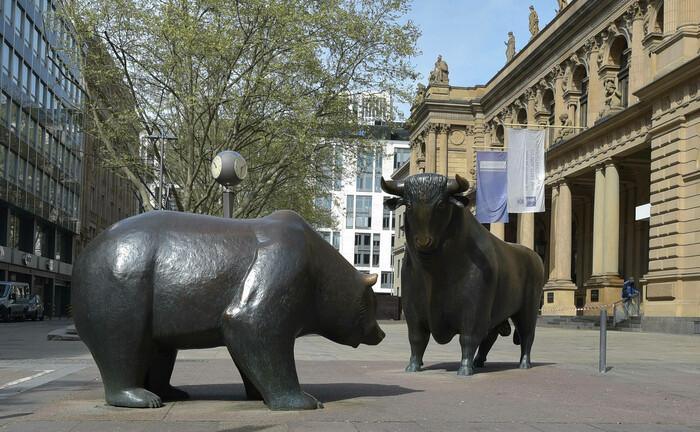 Bulle und Bär vor der Frankfurter Börse: Im April zogen institutionelle Anleger ungewöhnlich viel Geld aus Spezialfonds ab. |© imago images / Jan Huebner