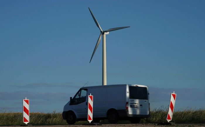 Vor einer Windkraft finden Bauarbeiten statt: Großanleger woll in den kommenden Jahren mehr denn je in klimabezogene Anlagen einsteigen.