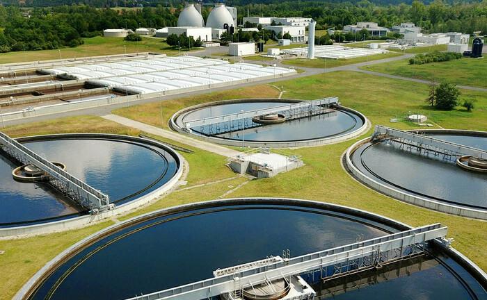 Biologisches Klärwerk in Halle an der Saale (Symbolbild): Die Frage, wie ein Unternehmen mit Wasser umgeht, ist ein wichtiger Punkt beim Thema Nachhaltigkeit.