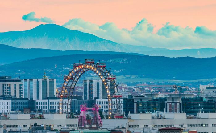 Blick über Wien mit dem Vergnügungspark Prater im Vordergrund: Der Immobilien-Investment-Manager Hamburg Trust will Immobilien in Österreich kaufen.