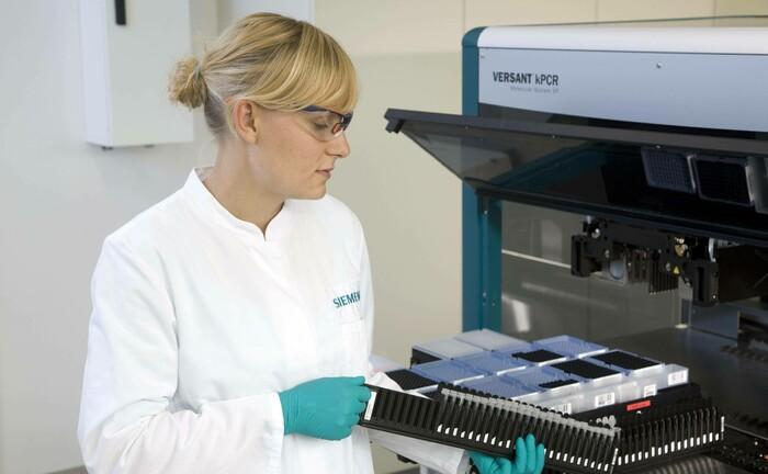 Medizinerin mit Test-Kits: In den meisten Ländern Europas steigt die Anzahl der gewonnenen Lebensjahre von Krebspatienten kontinuierlich.|© imago images / Rupert Oberhäuser