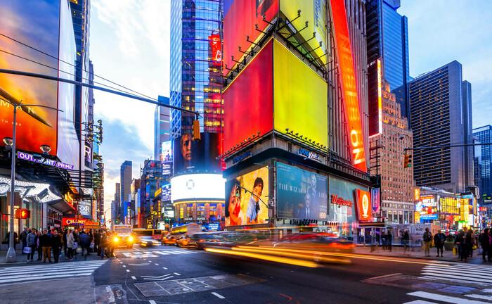 Großkonzerne werben auch in der Corona-Krise am Times Square in New York: Aussichtsreiche Unternehmen für das Portfolio sollten über starke Geschäftsmodelle und breite Zielmärkte verfügen. |© imago images / Westend61