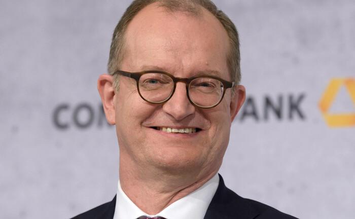 Auf der Bilanzpressekonferenz der Commerzbank Mitte Februar 2020 hatte Martin Zielke noch gut lachen. Nun hat er seinen Rücktritt als Vorstandchef angekündigt.|© imago images / Rainer Unkel