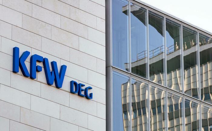 Gebäude der Deutschen Investitions- und Entwicklungsgesellschaft in Köln: Die neue Tochtergesellschaft DEG Impact soll die Manager eines Dachfonds beraten. |© imago images / Future Image