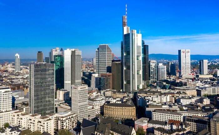 Skyline vom Bankenplatz Frankfurt: Die Zahl der Institute mit Strafzinsen steigt weiter an.