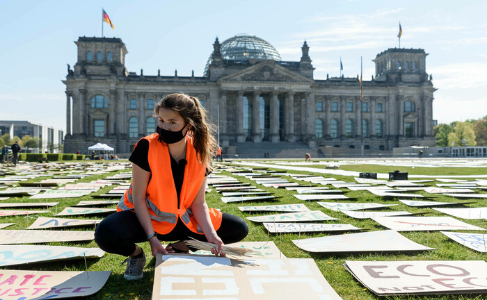 Aktivistin vor dem Bundestag in Berlin: In Unternehmen setzt sich immer mehr die Erkenntnis durch, wie wichtig ein ausgewogenes soziales Miteinander für den gemeinsamen Erfolg ist.|© imago images / snapshot