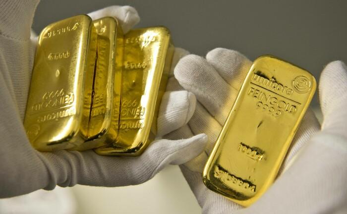 206.000 Euro auf der Hand: Trotz der positiven Entwicklung an den Aktien- und Anleihemärkten erweist sich der Goldpreis als Alternative zum selbst geschaffenen und negativ verzinsten Geld der Notenbanken stabil.