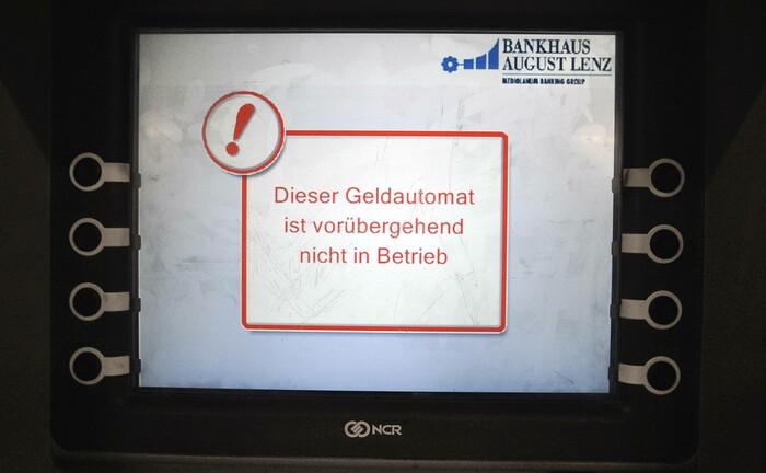Geldautomat des Bankhauses August Lenz außer Betrieb: Das Institut stellt sein Privatkundengeschäft ab 2021 ein.|© imago images / Steinach