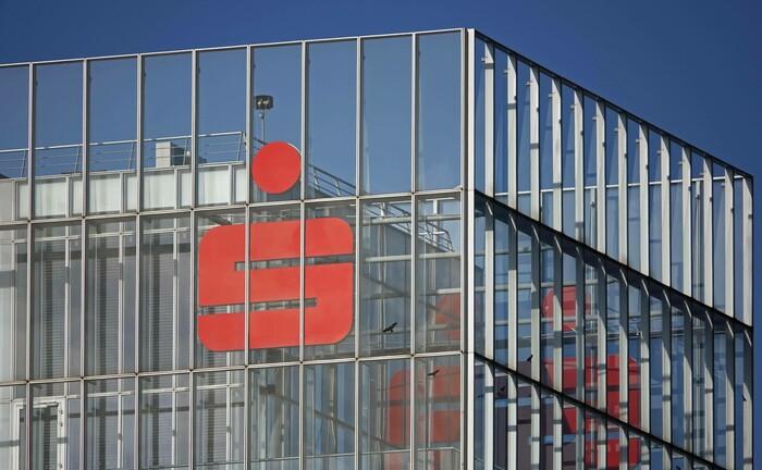 Hauptverwaltung der Stadtsparkasse Düsseldorf: Das Institut erhebt ab August 2020 erstmals Strafzinsen auf Privatvermögen.|© imago images / imagebroker