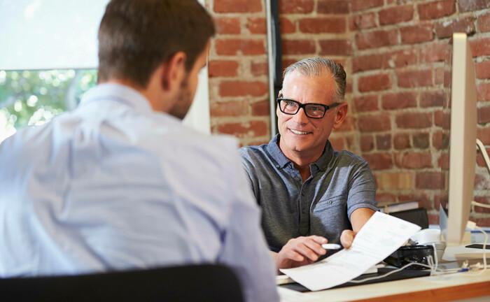 Klassische Beratungssituation: Zunehmend nehmen vermögende Kunden bei der Anlageauswahl Rücksicht auf ESG-Kriterien, so ein Ergebnis der aktuellen LGT-Studie.|© imago images / Shotshop