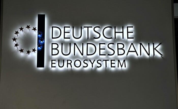 Logo der Deutschen Bundesbank: Die FIL Fondsbank gibt ab Oktober 2020 den Einlagenzins der deutschen Zentralbank von derzeit 0,5 Prozent an Kunden mit mehr als 100.000 Euro Bankguthaben weiter.|© imago images / Manfred Segerer