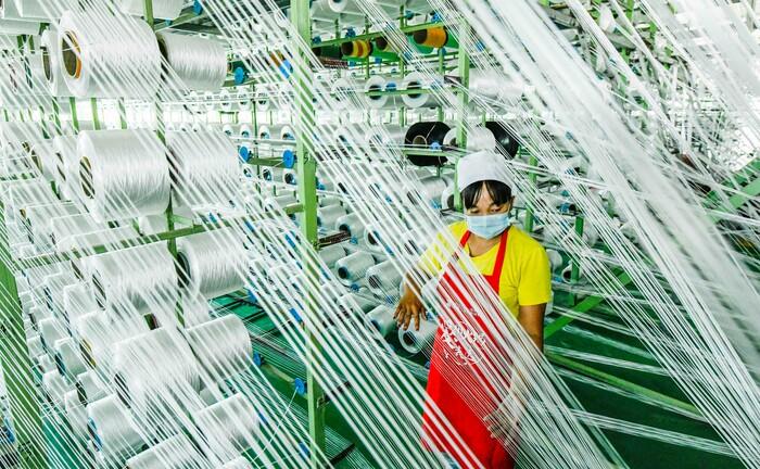Textilfabrik in Nord-China: In der zweitgrößten Volkswirtschaft der Welt wird wieder produziert – die Wirtschaft ist im zweiten Quartal um 3,2 Prozent gewachsen.|© imago images / Xinhua