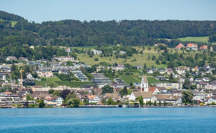 Die Gemeinde Meilen liegt an der Goldküste des Zürichsee: Hier befindet sich auch die Villa Bellavista, die die Erben Udo Jürgens nun verkauft haben. Neuer Besitzer ist ein bekannter Schweizer Private Banker.